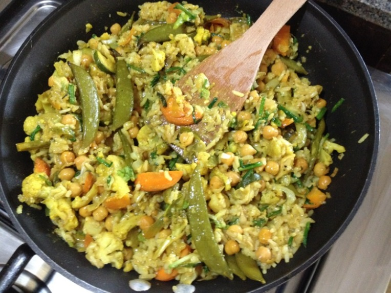 A yellow vegetable curry with rice, an example of the meals we make en la casa